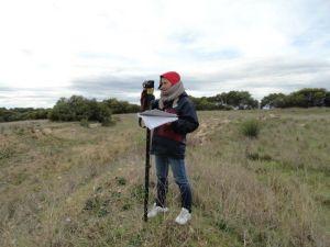 Ảnh tác nghiệp đo lượng carbon của rừng trồng, sau đó bán ở thị trường carbon tự do. Nông dân Úc sướng quá, được chính phủ chăm sóc chu đáo, triển khai hẳn ngay chương trình Carbon Farming Initiative cho nông dân để họ có thêm lợi ích từ chính sách thuế carbon. Ghen tỵ, ghen tỵ, hì hì