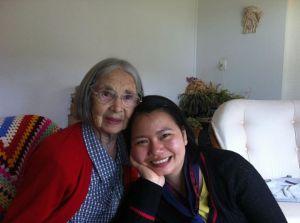Bà ngoại James năm ni 87 tuổi, vẫn còn đọc sách, tự chăm sóc bản thân rất tốt, sống một mình